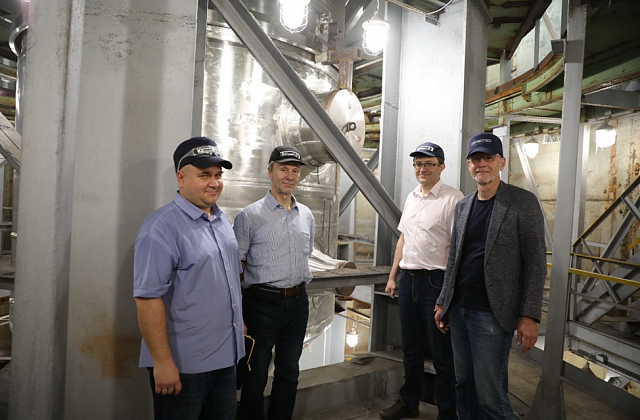 Pic. 3. Seen near the MBIR reactor vessel on the hydraulic test bench following the successful testing are (from right to left): I.T. Tretiakov, MBIR chief designer (JSC NIKIET); N.V. Smetanin, MBIR reactor vessel manufacturing project leader (JSC AEM-t);